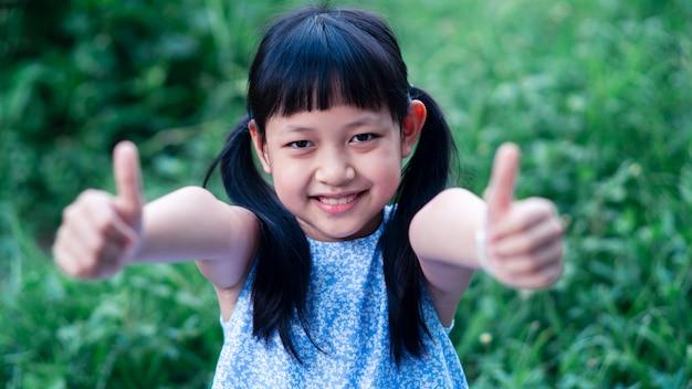 Portret van een gelukkig lachend aziatisch kindmeisje. 16: 9 stijl