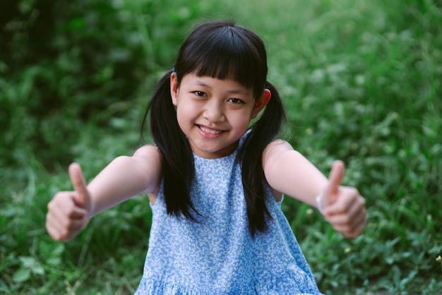 Portret van een gelukkig lachend aziatisch kindmeisje