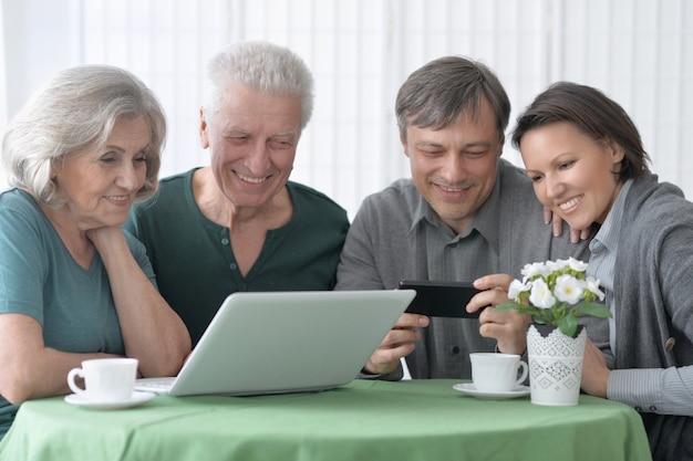 Portret van een gelukkig lachend familieportret met laptop