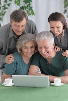 Portret van een gelukkig lachend gezin met laptop