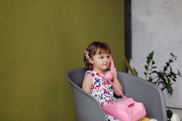 Portret van een gelukkig lachend kind gir