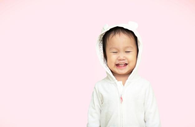 Portret van een gelukkig lachend kind meisje met lang donker horen.