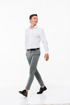 Portret van een gelukkig lachende man in een wit overhemd