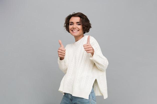 Portret van een gelukkig lachende vrouw in trui