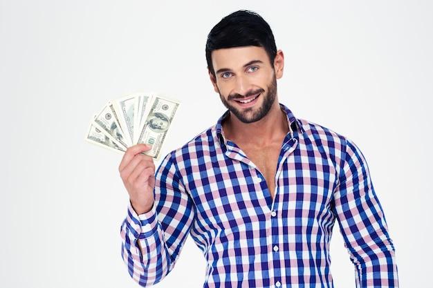 Portret van een gelukkig man met rekeningen van dollar geïsoleerd op een witte muur