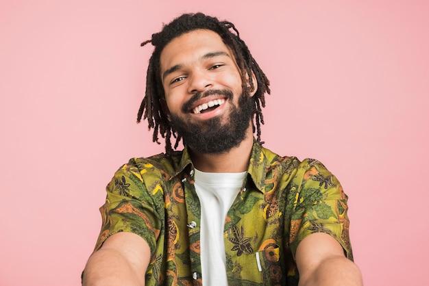 Portret van een gelukkig man