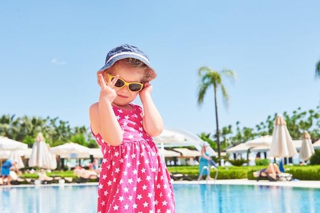 Portret van een gelukkig meisje buiten in zomerdag. amara dolce vita luxe hotel. toevlucht. tekirova-kemer. kalkoen.
