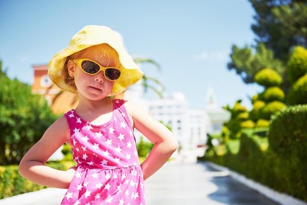 Portret van een gelukkig meisje buiten in zomerdag.