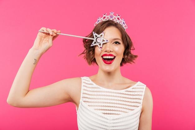 Portret van een gelukkig meisje dat kroon draagt
