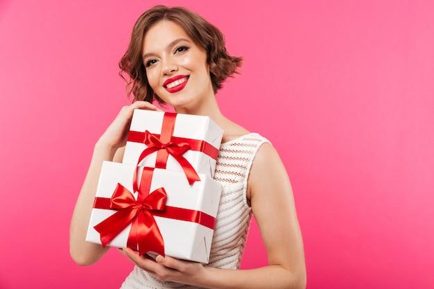 Portret van een gelukkig meisje gekleed in kleding