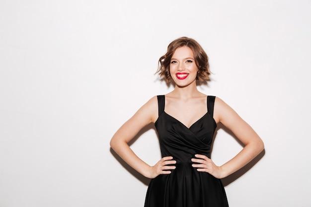 Portret van een gelukkig meisje gekleed in zwarte jurk