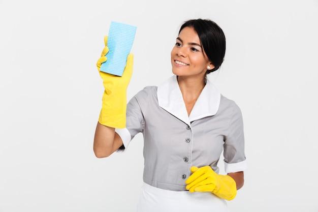 Portret van een gelukkig mooie huishoudster