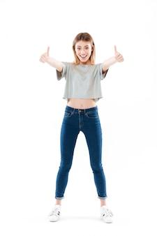 Portret van een gelukkig opgewonden jonge vrouw staan
