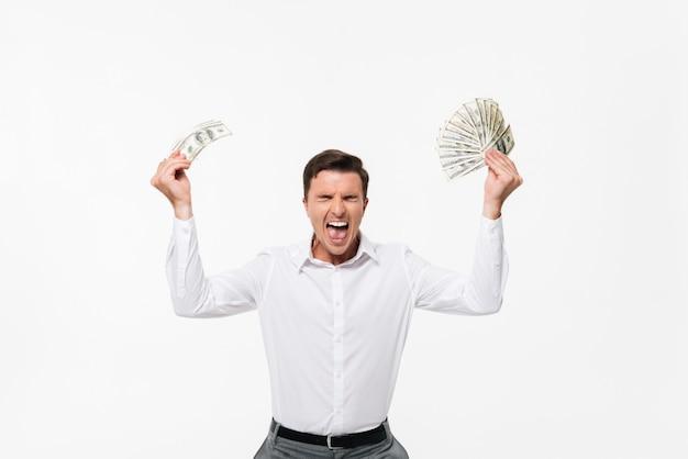 Portret van een gelukkig opgewonden man in wit overhemd