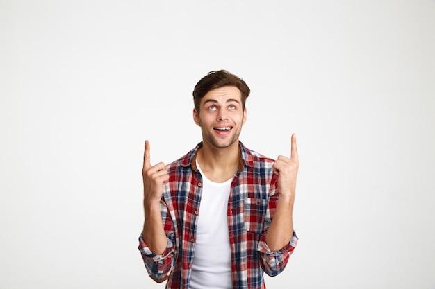 Portret van een gelukkig opgewonden man wijst met twee vingers