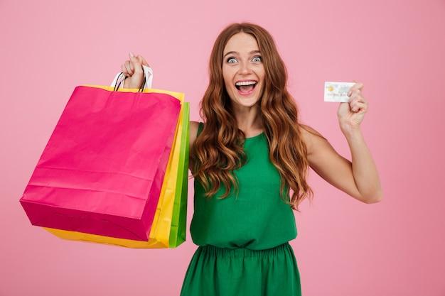 Portret van een gelukkig opgewonden vrouw met boodschappentassen