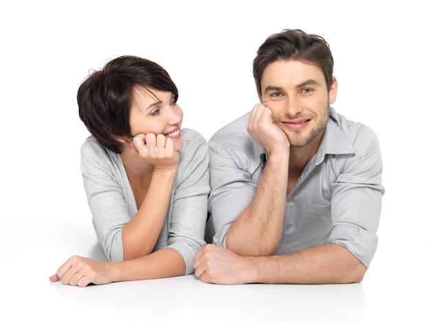 Portret van een gelukkig paar. aantrekkelijke man en vrouw die speels zijn.