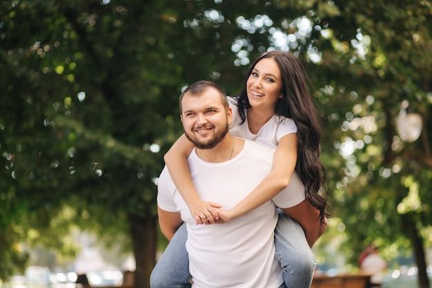 Portret van een gelukkig paar in de stad