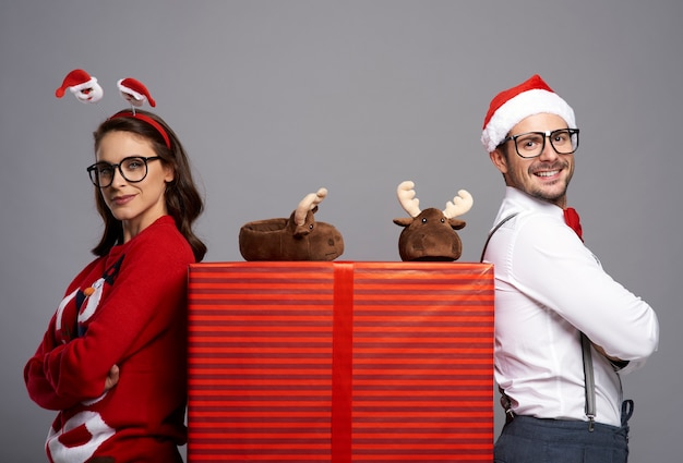 Portret van een gelukkig paar met een grote kerstcadeau