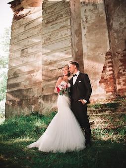 Portret van een gelukkig paar verliefd op de achtergrond van een oud herenhuis