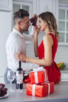 Portret van een gelukkig romantisch slim gekleed paar