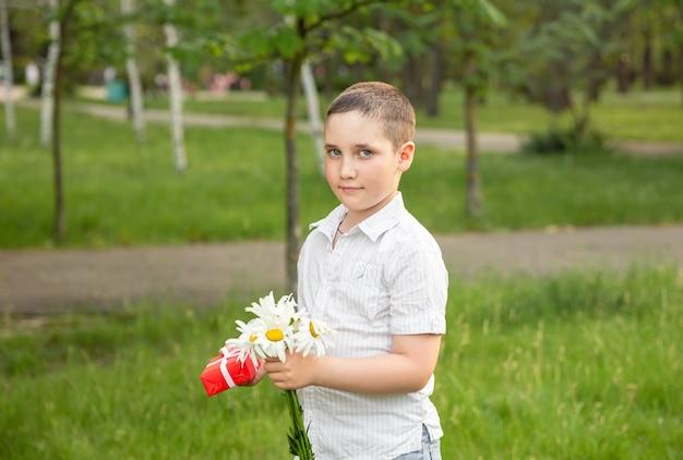 Portret van een gelukkig schattig klein kind met geschenkdoos.