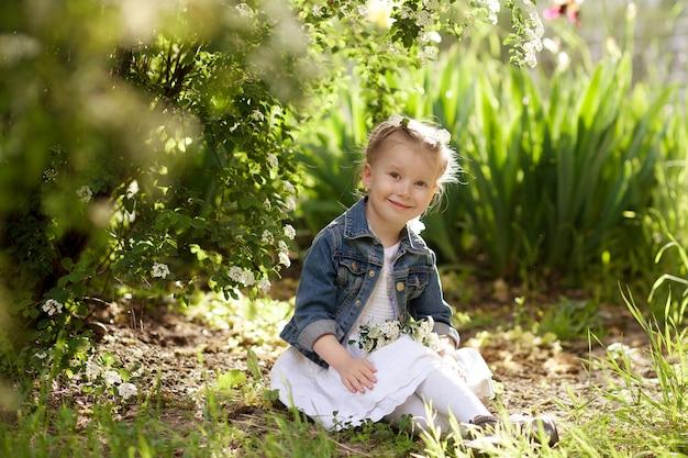 Portret van een gelukkig schattig meisje in het park