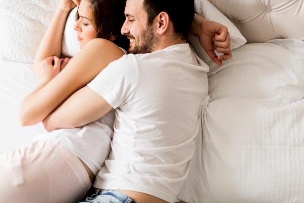 Portret van een gelukkig slapend paar in hun slaapkamer