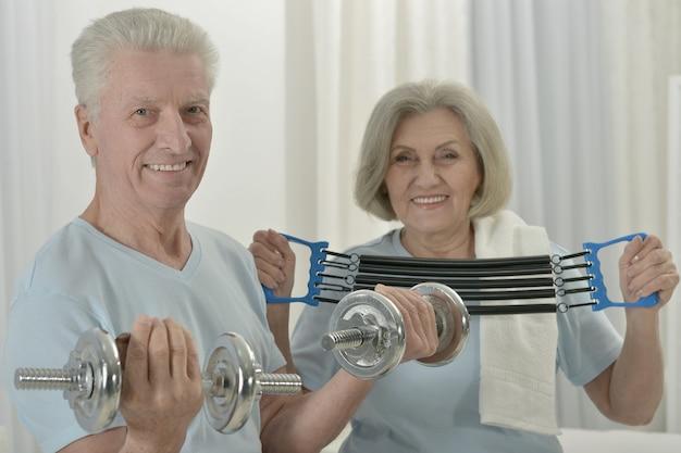 Portret van een gelukkig sportief senior koppel aan het sporten
