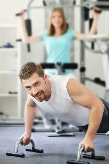 Portret van een gelukkig stel dat samen traint in een sportschool