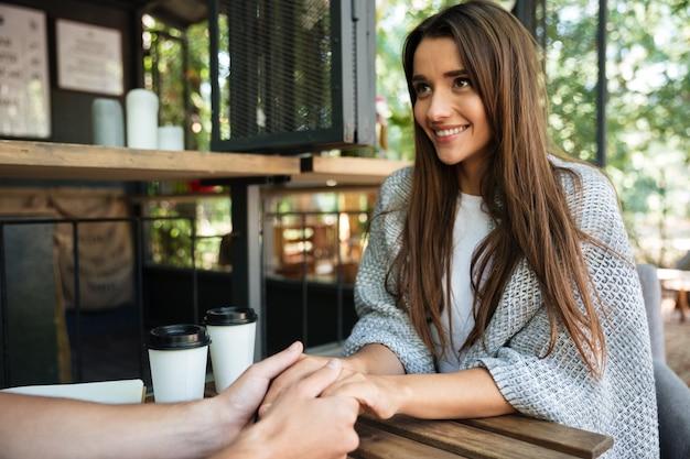 Portret van een gelukkig tevreden vrouw hand in hand