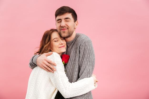 Portret van een gelukkig verliefde paar gekleed in truien