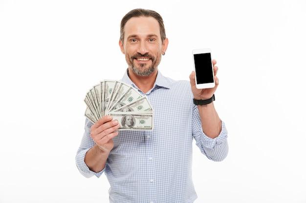 Portret van een gelukkig volwassen man gekleed in overhemd