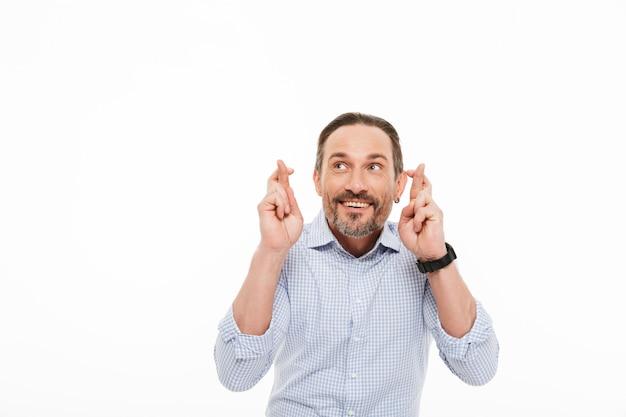 Portret van een gelukkig volwassen man gekleed in t-shirt