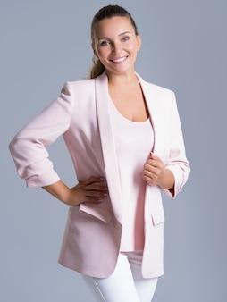 Portret van een gelukkig vriendelijke glimlachende vrouw over wit