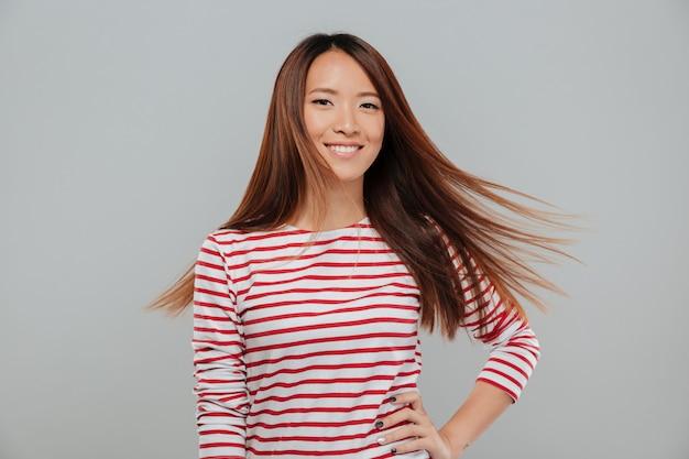 Portret van een gelukkig vrij aziatisch meisje met lang haar