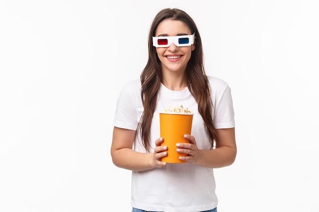 Portret van een gelukkig, vrolijk jong meisje dat geniet van het kijken naar geweldige film, premier nacht, 3d-bril