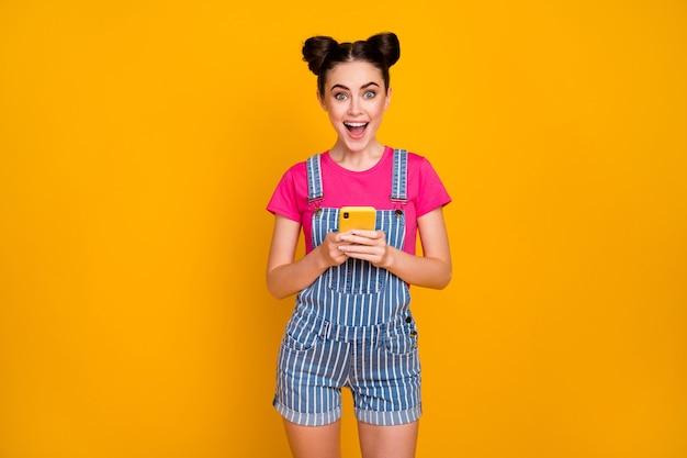 Portret van een gelukkig vrolijk meisje dat een cel gebruikt die plezier heeft bij het vieren van succes