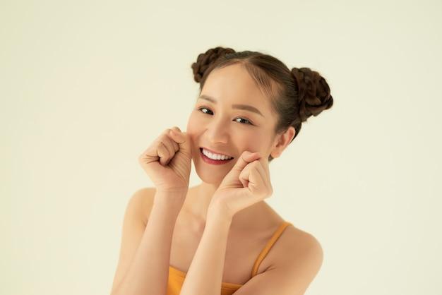 Portret van een gelukkig vrolijk meisje op witte achtergrond