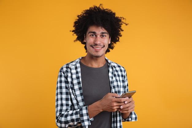 Portret van een gelukkig vrolijke afrikaanse man