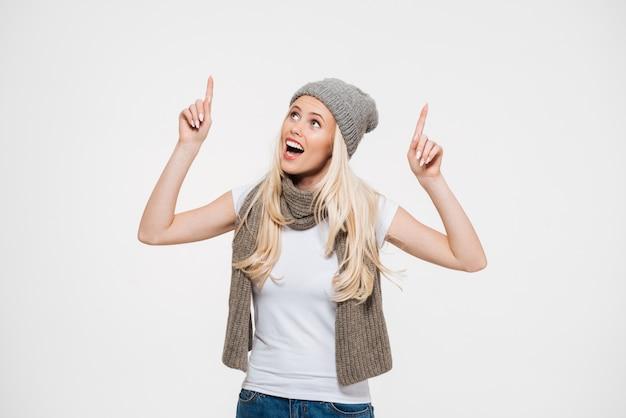 Portret van een gelukkig vrolijke vrouw in winter muts