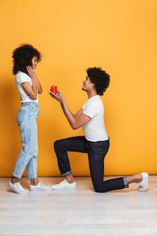 Portret van een gelukkige afrikaanse man die zijn vriendin voorstelt
