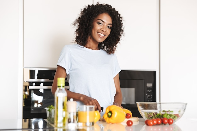 Portret van een gelukkige afro-amerikaanse vrouw