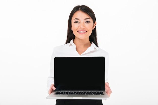 Portret van een gelukkige aziatische onderneemster