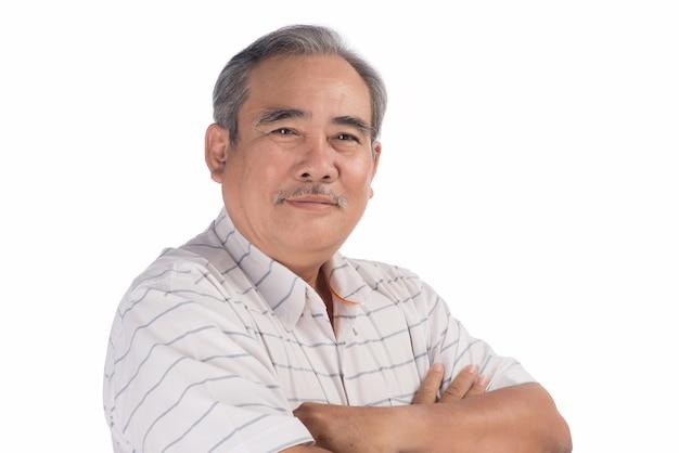 Portret van een gelukkige aziatische senior man die lacht geïsoleerd op wit