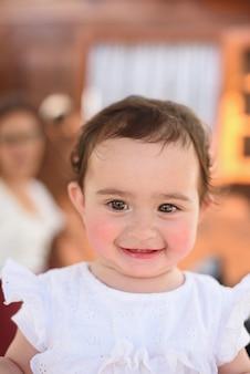 Portret van een gelukkige baby met roze wangen