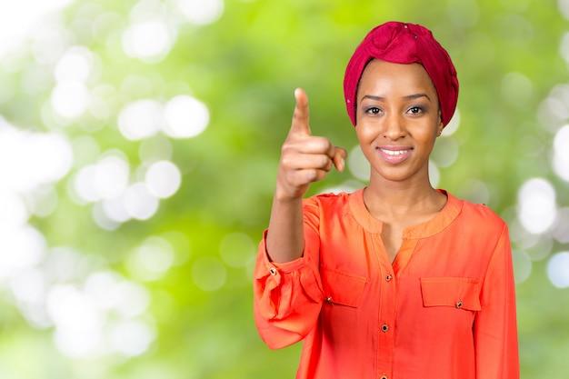 Portret van een gelukkige bedrijfsvrouw die vinger richt