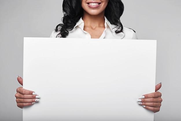 Portret van een gelukkige bedrijfsvrouw met banner