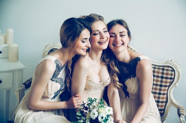 Portret van een gelukkige bruid met haar twee vrienden. foto met kopieerruimte