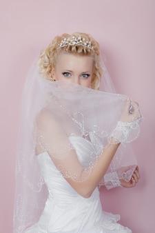 Portret van een gelukkige bruid